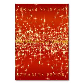 Funkelnde Goldsterne auf rotes Karte