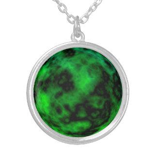 Funky grünes Smaragdneonhalloween abstrakt Versilberte Kette