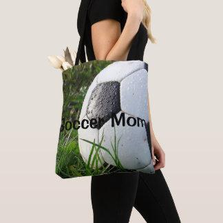 Fußball-Mamma trägt EinkaufsTaschen-Tasche zur Tasche