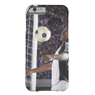 Fußballspieler, der Ball der mittleren Luft im Barely There iPhone 6 Hülle