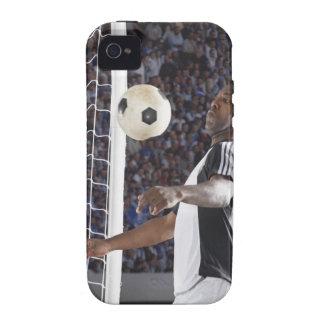 Fußballspieler, der Ball der mittleren Luft im iPhone 4 Cover