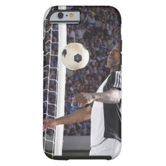 Fußballspieler, der Ball der mittleren Luft im Tough iPhone 6 Hülle