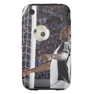 Fußballspieler, der Ball der mittleren Luft im iPhone 3 Tough Cover