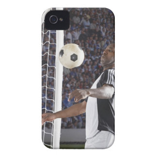 Fußballspieler, der Ball der mittleren Luft im iPhone 4 Case-Mate Hülle