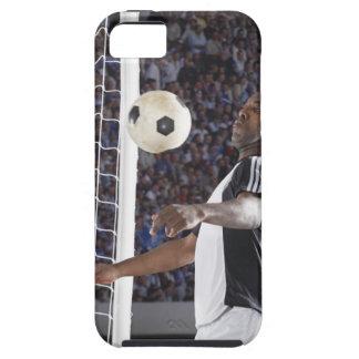 Fußballspieler, der Ball der mittleren Luft im iPhone 5 Cover