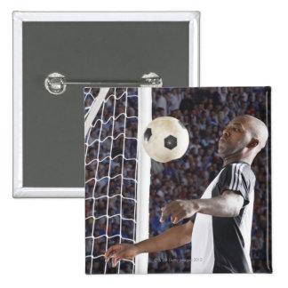 Fußballspieler, der Ball der mittleren Luft im Quadratischer Button 5,1 Cm