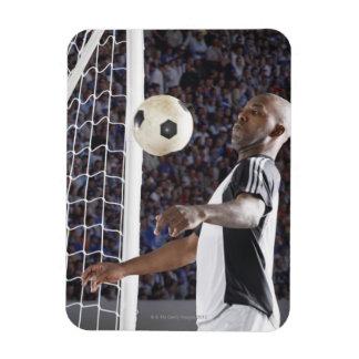 Fußballspieler, der Ball der mittleren Luft im Recchteckiger Magnet