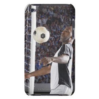 Fußballspieler, der Ball der mittleren Luft im Zie Barely There iPod Hülle
