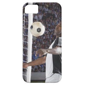 Fußballspieler, der Ball der mittleren Luft im Zie Etui Fürs iPhone 5