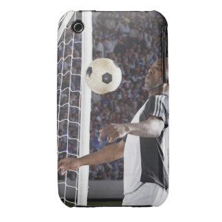 Fußballspieler, der Ball der mittleren Luft im Zie iPhone 3 Cover