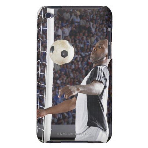 Fußballspieler, der Ball der mittleren Luft im Zie Case-Mate iPod Touch Hülle