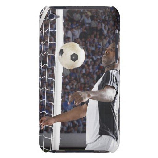 Fußballspieler, der Ball der mittleren Luft im Zie Barely There iPod Etuis
