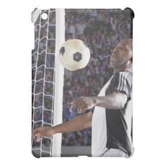 Fußballspieler, der Ball der mittleren Luft im Zie iPad Mini Cover