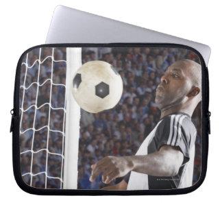 Fußballspieler, der Ball der mittleren Luft im Zie Laptop Sleeve Schutzhülle