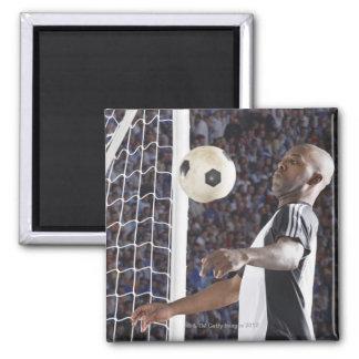 Fußballspieler, der Ball der mittleren Luft im Zie Magnets