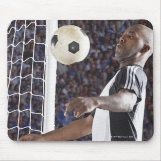 Fußballspieler, der Ball der mittleren Luft im Zie Mauspads