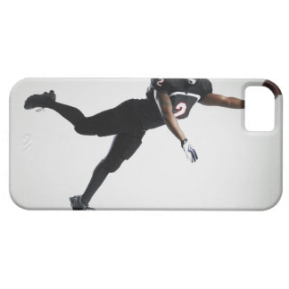Fußballspieler, der in mittlere Luft springt, um B iPhone 5 Hüllen