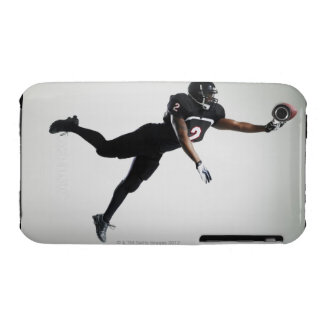 Fußballspieler, der in mittlere Luft springt, um B iPhone 3 Cover