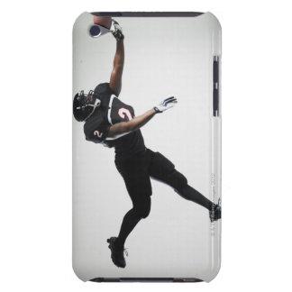 Fußballspieler der in mittlere Luft springt um B iPod Case-Mate Case