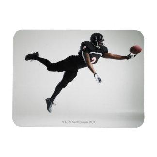 Fußballspieler, der in mittlere Luft springt, um B Vinyl Magnete