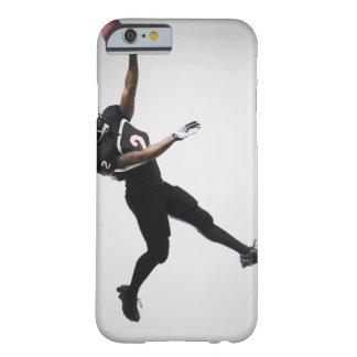 Fußballspieler, der in mittlere Luft springt, um Barely There iPhone 6 Hülle