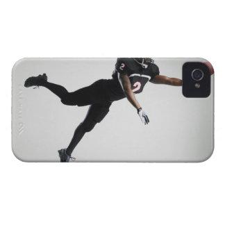 Fußballspieler, der in mittlere Luft springt, um iPhone 4 Hüllen