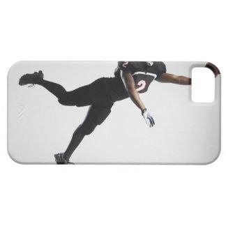 Fußballspieler, der in mittlere Luft springt, um iPhone 5 Hülle
