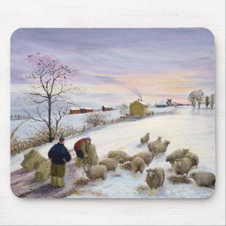 Füttern der Schafe im Winter Mousepad