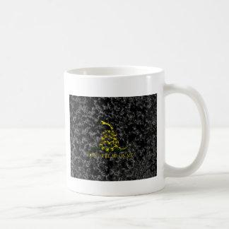 Gadsden-Schlange auf gemarmortem Hintergrund Kaffeetasse