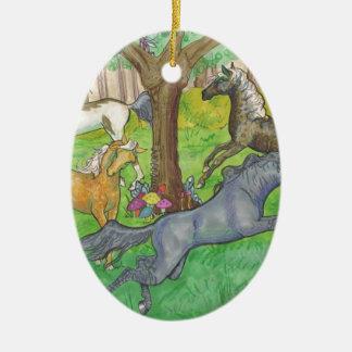 Galoppierende Mustang-Pferde in den Baum- des Keramik Ornament