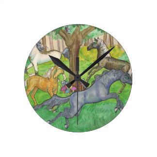 Galoppierende Mustang-Pferde in den Baum- des Runde Wanduhr