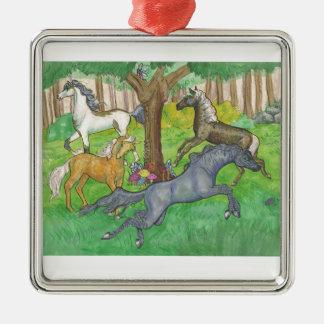 Galoppierende Mustang-Pferde in den Baum- des Silbernes Ornament