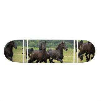 Galoppierendes friesisches PferdeSkateboard Personalisierte Decks