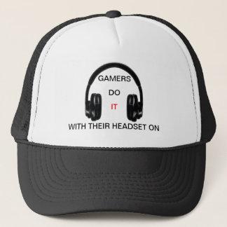 Gamers tun es. Mit ihrem Kopfhörer an! Truckerkappe