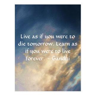 Gandhi Klugheits-Zitat mit Wolken des blauen Postkarte