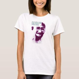 Gandhi können Sie eine Gesellschaft beurteilen T-Shirt