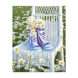 Gänseblümchenblumenstrauß in den lila Turnschuhen Leinwanddruck