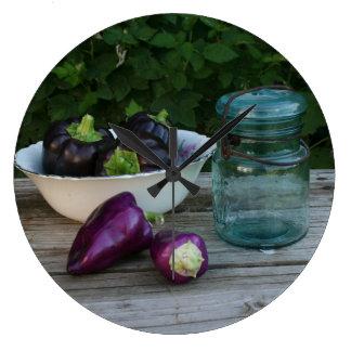 Garten-frische Paprikaschoten mit antikem Glas Große Wanduhr