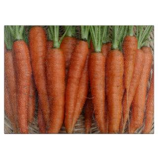 Gartenfrische Heirloom-Karotten Schneidebrett