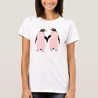 Gay Pridelesbische Penguins, die Hände halten T-Shirt
