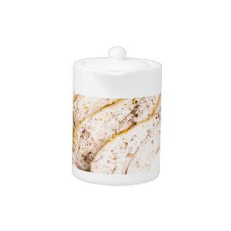 Gebackene Hühnerbrust geschnitten auf einer weißen