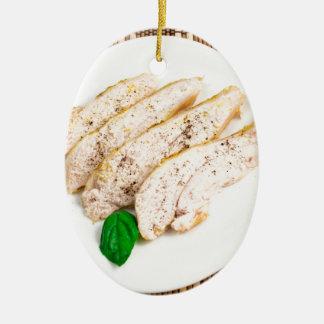 Gebackene Hühnerbrust geschnitten auf einer weißen Keramik Ornament