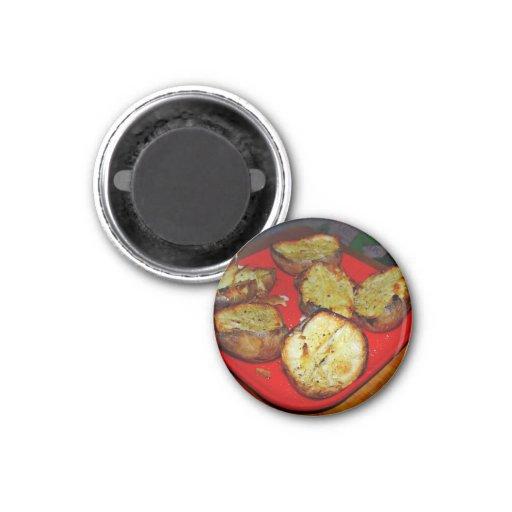 Gebackene Kartoffeln auf roter Plastikplatte Magnets