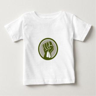 Geballte Faust, die Dogtag Kreis Retro hält Baby T-shirt