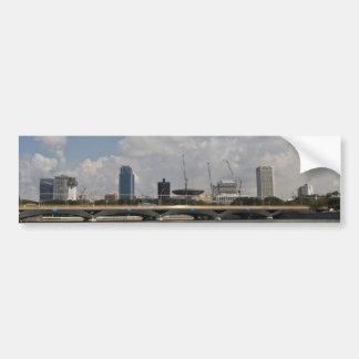 Gebäude und Brücke über Jachthafenreservoir Autoaufkleber