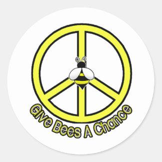 geben Sie Bienen eine Möglichkeit Runder Aufkleber