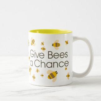 Geben Sie Bienen eine Möglichkeits-Tasse Zweifarbige Tasse