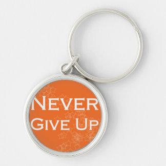 Geben Sie nie auf Orange auf Silberfarbener Runder Schlüsselanhänger