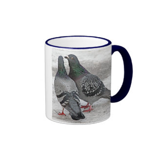 Geben Sie uns eine Kuss-Tauben-Geschenk-Tasse