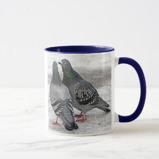 Geben Sie uns eine Kuss-Tauben-Geschenk-Tasse Tasse